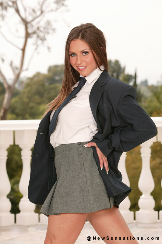 Rachel Roxxx una joven colegiala muy putaa mostrando todo.